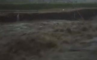 Hujan Deras Mengguyur Bogor, Debit Air Sungai Ciliwung Meningkat, Waspada! - JPNN.com
