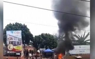 Dua Kelompok Massa Bentrok Rebutan Lahan di Bogor, 6 Motor Dibakar, Beberapa Orang Luka-Luka - JPNN.com