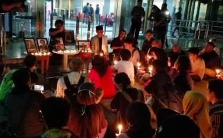 Air Mata Tumpah di Gedung KPK Saat Mendoakan Lima Mahasiswa yang Gugur - JPNN.com