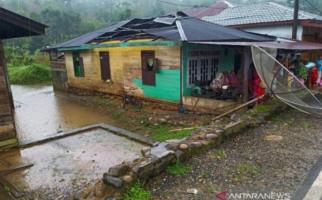 Puting Beliung Merusak Rumah Warga di Mandailing Natal - JPNN.com