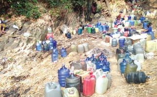 Demi Air Bersih Harus Menginap di Tengah Hutan - JPNN.com