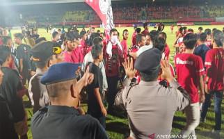 Kalteng Putra Tumbang di Kandang Sendiri, Suporter Mengamuk dan Merusak Fasilitas Stadion - JPNN.com