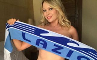 Lazio Juara, Model Italia Anna Falchi Pamer Foto Cuma Pakai Bra - JPNN.com
