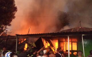 Kebakaran di Asrama TNI AD Kupang, Tujuh Rumah Hangus - JPNN.com