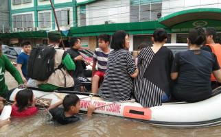 FPI Evakuasi Warga Tionghoa dari Banjir di Bekasi, Nih Fotonya - JPNN.com