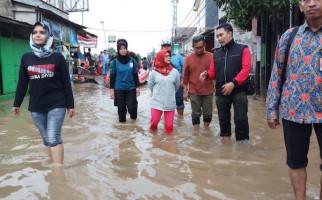 Siti Nur Azizah Bantu Korban Terdampak Banjir di Tangsel - JPNN.com