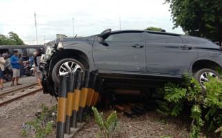 KA Tabrak Mobil Expander di Sidoarjo, Pengemudi Tewas, 6 Penumpang Luka - JPNN.com
