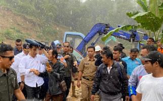 Jokowi Diguyur Hujan Saat Tinjau Penanganan Bencana Banjir di Sukajaya - JPNN.com