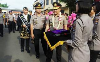 Irjen Agung Sabar Dapat Golok Khas Banten - JPNN.com