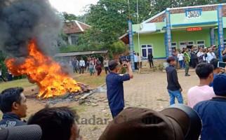 Pilkades Ricuh, Warga Melakukan Aksi Pembakaran - JPNN.com