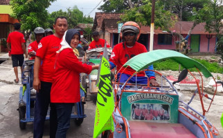 Laskar Ngawi Berbagi dengan Tukang Becak - JPNN.com