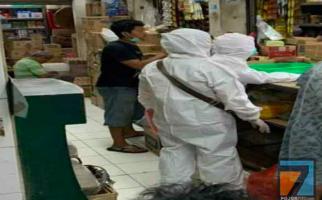 Miris, Tenaga Medis Sedang Kesulitan, Warga Malah Belanja ke Pasar dengan APD Lengkap - JPNN.com