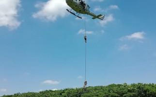Hari Ini, Siswa Komando Pasukan Katak Kembali Unjuk Kehebatan dari Helikopter - JPNN.com