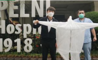 Pandemi Virus Corona, Shin Tae Yong Sumbang APD ke Rumah Sakit Pelni - JPNN.com