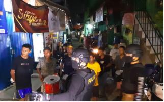 Puluhan Remaja tanpa Masker Keliling Bangunkan Warga Sahur, untung Bertemu TNI-Polri - JPNN.com