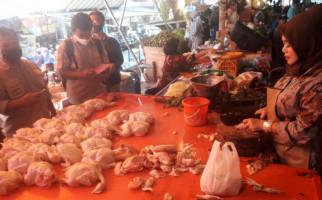 Pedagang Bingung, Terpaksa Turunkan Harga Ayam - JPNN.com