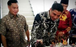 Pak Supian Memberi Kejutan agar si Bocah Positif Corona Cepat Sembuh - JPNN.com