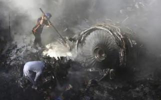 Duka Jelang Akhir Ramadan, Pesawat Pakistan Bawa 91 Orang Jatuh di Permukiman - JPNN.com