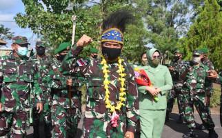 Kolonel Bangun Nawoko Bersama Bu Renny Sambangi Markas Yonif 757/GV, Ada Apa? - JPNN.com