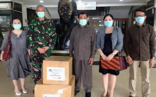 Eks Danjen Kopassus Ini Serahkan 1.500 APD dan 30 Ribu Masker ke RSPAD - JPNN.com