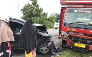 Xenia Hantam Truk Pengangkut Gas LPG, Kondisinya Jadi Kayak Begini - JPNN.com