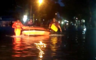 Hujan Deras, Kota Padang Dikepung Banjir - JPNN.com