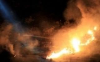 Kebakaran di Cakung, Hanguskan 9 Mobil, 5 Rumah dan 2 Kontrakan - JPNN.com