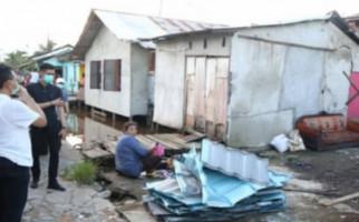 300 Rumah di Pontianak Rusak Diterjang Puting Beliung - JPNN.com