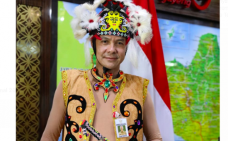 Hari Ini Penampilan Pak Ganjar Bikin Pangling dengan Pakaian Adat Suku Kenyah - JPNN.com