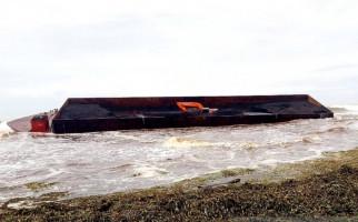 Kapal Tongkang Terbalik, 100 Ton Batu Bara Tumpah - JPNN.com