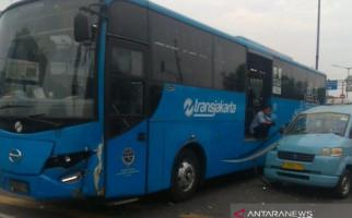 TransJakarta Tabrakan dengan Angkot, Nih Fotonya - JPNN.com