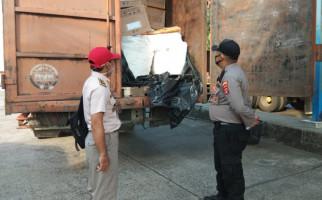 Petugas Curigai Muatan Truk Tronton di Pelabuhan Bakauheni, Astagaaa - JPNN.com