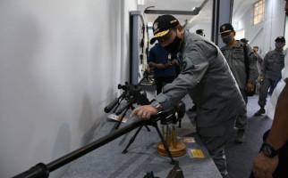 Kunjungi PT Pindad, Kepala Bakamla RI Menjajal Senjata dan Kendaraan Tempur - JPNN.com