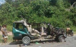 Isuzu Panther yang Membawa Satu Keluarga Dihantam Dump Truck, Lihat Mobilnya Hancur Begini - JPNN.com