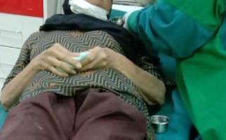 Leher Nenek Yati Dililit Ular Kobra Lalu Disembur, Begini Kondisinya - JPNN.com