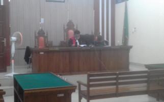 Momen Terdakwa Pencabulan Bersujud, Merengek Minta Diskon Hukuman - JPNN.com