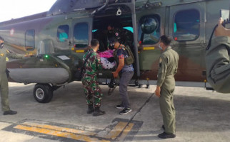 TNI Mengevakuasi Dua Orang Korban Penembakan KKSB ke Jakarta - JPNN.com