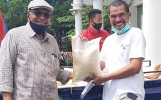 Warga KBM Jaya Terdampak Covid-19 Terima Sembako Bantuan PT PLN - JPNN.com