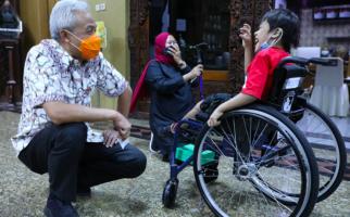 Hassan Sabar Menunggu Ganjar di Depan Kantor, Lalu Menyerahkan Sebuah Flashdisk - JPNN.com