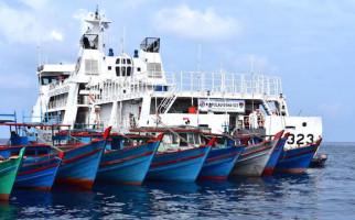 Gegara Cuaca Buruk, Puluhan Perahu Nelayan Kepung KN Pulau Dana - JPNN.com
