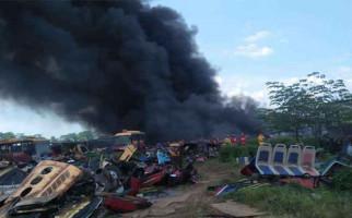 Bum! Gudang Bus Transjakarta Terbakar, Warga Panik, Terdengar Ledakan - JPNN.com