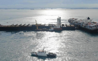 Kapal Bermuatan Ribuan Kontainer Kandas di Perairan Batu Berhenti - JPNN.com