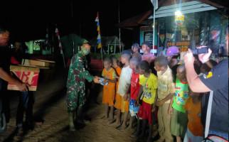 Gandeng MJC, Satgas Yonif 125 Bagikan Bingkisan Untuk Anak-Anak Kampung Kondo - JPNN.com