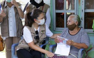 Kemensos Salurkan Bansos di NTT, Grace Batubara: Bukti Negara Hadir di Tengah Warga - JPNN.com