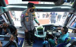 Korlantas Polri Cek Urine Sopir Bus di Terminal Kampung Rambutan - JPNN.com