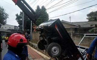 Mobil Pikap Terperosok ke Dalam Got, Kok Bisa? - JPNN.com