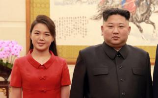 Lihat, Kim Jong Un dan Ri Sol Ju Tersenyum - JPNN.com