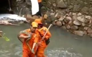 Lagi Bersihkan Sampah Pascabanjir, Petugas PPSU Temukan Ini, Hiii... - JPNN.com