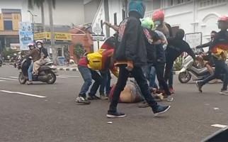 Dramatis, Suami Diinjak-injak Geng Motor, Istri Ambil Pisau - JPNN.com