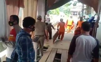 Lihat nih, Pesta Pernikahan di Duren Sawit Dibubarkan Polisi - JPNN.com